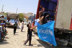 暴力の影響を受けているイラクの子どもたちに、命を守る救援物資を届けるユニセフのスタッフ。