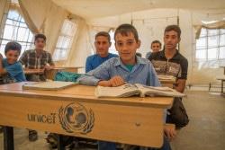 イラク・アンバール県の国内避難民キャンプで、医者になる夢のために勉強する12歳のモハメッド君。(2018年4月撮影)