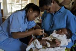 ジフテリア・破傷風・百日咳の3種混合ワクチン(DTP3)を受ける赤ちゃん。(ルワンダ)