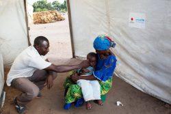 コンゴ民主共和国の国内避難民キャンプで診察を受ける子ども。地域保健員が肺炎などの予防可能な病気から子どもたちを守る保健サービスを提供する。(2018年12月撮影)
