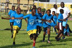 世界子どもの日をお祝いし、サッカーを楽しむコートジボワールの子どもたち。(2019年11月15日撮影)