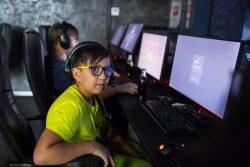 コンピュータークラブで活動するカザフスタンの14歳の女の子。(2019年8月撮影)