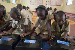 ブルンジの小学校で、タブレットを使って英語の授業を受ける子どもたち。(2019年9月撮影)