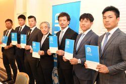 日本プロ野球選手会は、12月5日午後、大阪市内で開催した定期総会後の記者会見で、ユニセフ「子どもの権利とスポーツの原則」への賛同を発表しました。(写真左から中村晃選手(福岡ソフトバンクホークス)、菅野智之選手(読売ジャイアンツ)、選手会会長の炭野銀仁朗選手(読売ジャイアンツ)、当協会の早水専務理事、選手会新理事長の松田宣浩選手(福岡ソフトバンクホークス)の、前理事長の大島洋平選手(中日ドラゴンズ)、則本昴大選手(東北楽天ゴールデンイーグルス)。