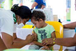 サモアでユニセフが支援して行われたキャンペーン期間中、はしかの予防接種を受ける3歳の男の子。(2019年12月2日撮影)