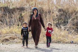 シリア北東部ラス・アルアインで続く暴力から逃れ、ハサカ農村部にたどり着いた家族。(2019年11月15日撮影)