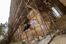 リビア東部ベンガジのカトリック大聖堂で、父親手作りのブランコで遊ぶ11歳のアイシャちゃん。(2018年3月撮影) ※本文との直接の関係はありません