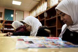 トリポリ東部にある学校の図書館で本を読む子どもたち。(2017年2月撮影) ※本文との直接の関係はありません