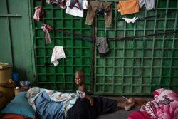 ザウィアにある拘留施設で、床に敷いたマットレスの上に横たわる母親と子ども。(2017年8月撮影)