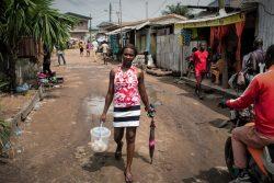 カメルーンの市場でヨーグルトを売り、家族を支える16歳のアシュリーさん。学校には3年間通えていない。(2019年5月撮影)
