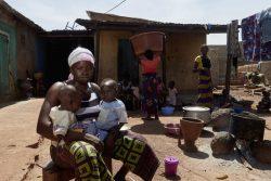 ギニアで10歳から働き始め、一度も学校へ通ったことがないと話す18歳のオウラバさん。将来への不安を抱えながら生後6カ月と1歳の赤ちゃんを育てている。(2018年11月撮影)
