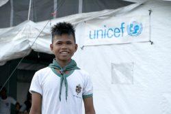 フィリピンを襲った台風の被害により、避難生活を送る12歳のラシッドくん。新しいテントのおかげで快適に授業を受けることができている。(2019年12月撮影)