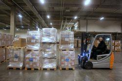 コペンハーゲンにあるユニセフ物資供給センターで支援物資を準備する様子。(2020年1月28日撮影)