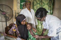 肺炎とはしかの症状があり、ナイジェリア北東部・ヨラの診療所で治療を受ける2歳の男の子。(2020年1月16日撮影)
