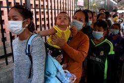 カンボジアのプノンペンで、マスクを着けて小児病院に入る順番を待つ人たち。(2020年1月30日撮影)