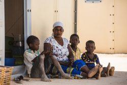 紛争から逃れ、住んでいた村から20km離れたピシラの避難民キャンプで暮らすブルキナファソの家族。 (2019年12月撮影)