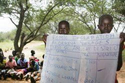 ウガンダの村で行われたFGM根絶の集会に参加する元施術者と住民たち。(2018年7月撮影)
