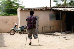 マリにある保護者の同伴のない子どもたちのためのシェルターで、松葉杖を使って歩くイスマイルくん。ニジェールで武装グループに襲撃されて足を失った。(2019年6月撮影)
