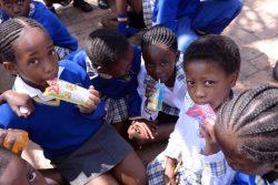 小学校の売店でお菓子を買って食べる南アフリカの子どもたち。(2019年9月撮影)