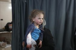 イドリブ北部マアラ・ミラン(Maaret Mesrin)の学校が攻撃を受け、病院に運ばれてきた女の子。(2020年2月25日撮影)