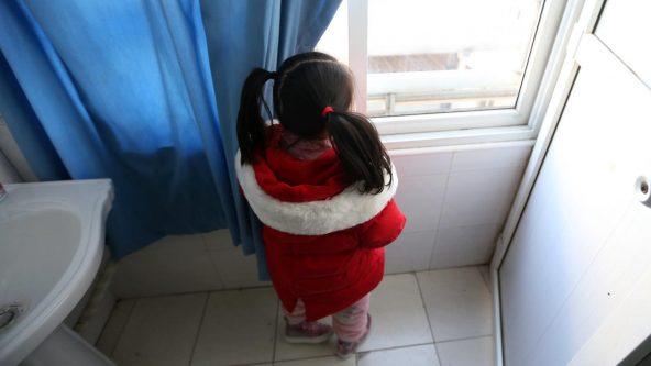 滞在している病院の一室から外を眺める、ヤンヤンちゃん(5歳・仮名)