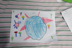 ヤンヤンちゃんが書いた絵。「これはウイルスだよ。そして、周りのトンカチたちが、ウイルスをたたいてやっつけようとしているの」。