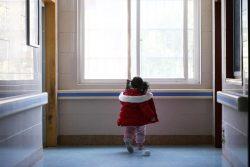 両親と祖父母が新型コロナウイルス感染で入院し、ひとり家に取り残された5歳のヤンヤンちゃん(仮名)。病院のスタッフとボランティアが彼女の面倒を見ている。(2020年2月17日撮影)