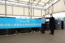 上海浦東国際空港でユニセフ・中国事務所代表から政府代表者へ医療従事者向けの支援物資を受け渡す様子。(2020年3月1日撮影)