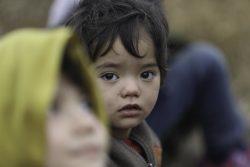 パザルクレ(Pazarkule)で立ち往生するアフガニスタンの家族。(2020年2月29日撮影)