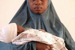 マリで生後2カ月の赤ちゃんを抱くファトゥさん。13歳で母親になり、学校にも通えていない。(2019年6月撮影)