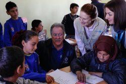 イドリブ県南部のTal-Amara村にある小学校で、3年生のクラスを訪れたユニセフ事務局長 ヘンリエッタ・フォア(右から2番目)と国連WFP事務局長 デイビット・ビーズリー(中央)。
