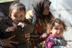 Al-Juhman村のユニセフが支援する診療所で、診察の順番を待つ子どもたち。