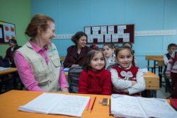 カフラマンマラシュ難民キャンプで、1年生のクラスを訪れたユニセフ事務局長のヘンリエッタ・フォア。