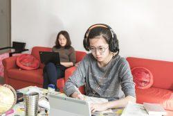 北京の自宅でオンライン授業を受ける高校2年生のシャオユウさん。(2020年2月18日撮影)