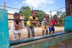 小学校の水道で手を洗うマダガスカルの子どもたち。(2020年2月17日撮影)