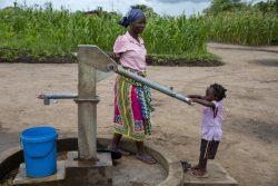 ユニセフの支援で設置された井戸で水を汲む親子。(2020年3月4日撮影)
