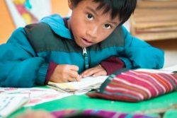 グアテマラの学校で勉強する先住民の6歳の男の子。(2019年10月撮影)※本文との直接の関係はありません