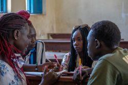 南スーダンのジュバにあるクラブで、平和についての詩を書く14歳から18歳の若者たち。(2019年1月28日撮影)