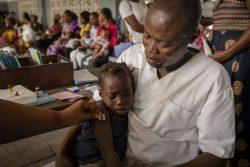 コンゴ民主共和国の保健所で、はしかの予防接種を受ける7歳のメレさん。(2020年1月28日撮影)