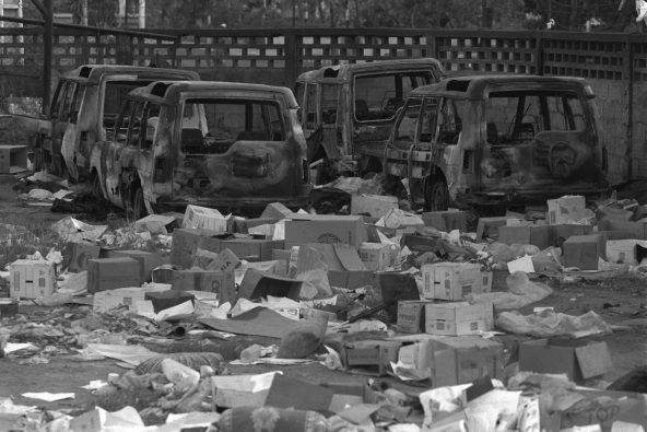 内戦時のディリ。車は燃やされ、支援物資の箱が散乱している。(1999年9月撮影)
