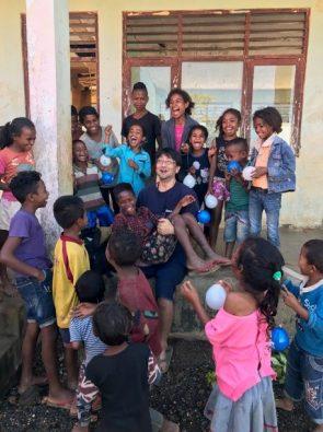 日本からの訪問者はいつでも大歓迎を受ける。東ティモールの子どもたちは人懐こくて明るい。(2018年10月撮影)