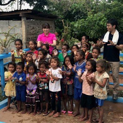 福井県大野市の支援で建設された給水設備の前で、子どもたちが手洗いの歌を歌ってくれた。(2017年9月撮影)
