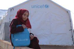 イドリブ県北西部Ared al-Jeb難民キャンプで、ユニセフが支援する教室の前に座る12歳のウェアムさん。4歳のときに始まった紛争の記憶しかない。(2020年1月16日撮影)