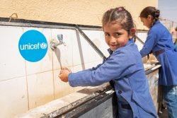 ヨルダンで正しい手洗いの方法を学び、実践する女の子。(2020年3月10日撮影)