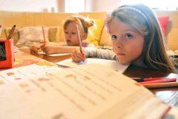 10日から学校が休校となっている北マケドニアで、テレビ教室プログラムを通して自宅で勉強する7歳のアナさんとカヤさんの双子の姉妹