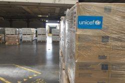 コペンハーゲンのユニセフ物資供給センターで、パキスタンに輸送する支援物資を準備する様子