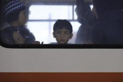 ギリシャ国境近くのパザルクレ(トルコ)で、バスから外を見つめるシリア難民の男の子。(2020年2月29日撮影)