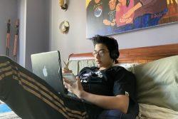 学校が休校になり、ニューヨークの自宅でオンライン授業を受ける14歳のジャックくん