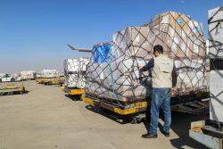 イランのエマーム・ホメイニー国際空港に到着したサージカルマスク、ガウン、ゴーグルなどの支援物資