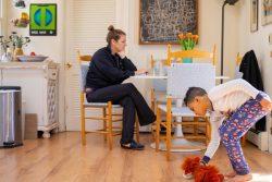米国・コルチカット州の自宅で遠隔授業の合間にぬいぐるみで遊ぶ8歳のルカくんと、その横でテレワークをする母親。ルカくんの両親は在宅勤務を続けており、子どもの学校の課題を見ることができている。(2020年3月18日撮影)
